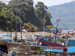 Indonesia-Java Popoh Bay 20171215_123207 DSCN0450 (CanadaGood) Tags: asia asean seasia indonesia indonesian java javanese eastjava jawatimur popoh sea beach boat tree mountain construction equipment canadagood 2017 thisdecade color colour tulungagung green