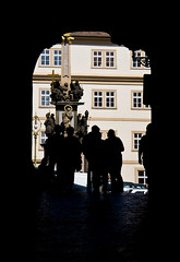 Tunel cinematografic / Film tunnel (SBA73) Tags: praga prague praha prag czechrepublic czechia českárepublika tschechien 布拉格 プラハ malastrana carrer calle street cases houses strasse film movie location amadeus mozart figures silhouettes