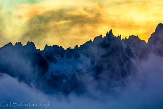 Wilder Berg umhüllt von zartem Nebel