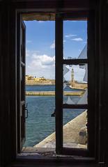 Con la luz de una ventana (Chania) (Juanjo RS) Tags: juanjors chania creta grecia crete greece faro ventana window lighthouse amateur europe nikon nikond7100 mar puerto port