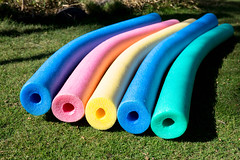 Bunte Pool-Noodles auf dem Rasen (marcoverch) Tags: grass pool beach noodles floating five colorful bunte poolnoodles rasen color farbe desktop noperson keineperson gras garden garten summer sommer park plastic kunststoff outdoors drausen fun spas child kind toy spielzeug coloring färbung nature natur school schule closeup nahansicht wood holz group gruppe recreation erholung leisure freizeit europe holiday sigma stars maitreya bench railroad new history camera