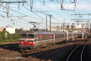 En tête du 4764 Marseille - Bordeaux, la BB 22347 longe la gare de Toulouse-Raynal