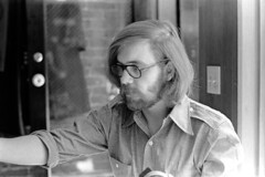 040471 06 (ndpa / s. lundeen, archivist) Tags: nick dewolf nickdewolf blackwhite monochrome blackandwhite 35mm film photographbynickdewolf bw april 1971 1970s boston massachusetts beaconhill familyhome 3mtvernonsquare people man youngman glasses eyeglasses facialhair beard longhair everettcarlson lightswitch may