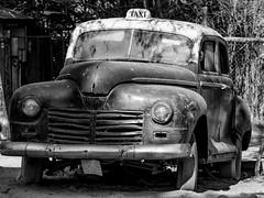 Taxi, Buinzoo, Santiago de Chile (Mario Rivera Cayupi) Tags: windscreen canon80d ef70200mmf4lisusm bw blanconegro taxi santiago chile buinzoo antigüedad antiquity blackwhite