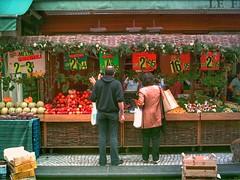 Le choix du roi ... Rue Montorgueil, Paris (LUMEN SCRIPT) Tags: dailylife fruitmarket paris people fruitandvegetables shop streetphotography colours