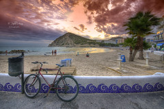 (358/18) Una bicicleta en La Cala (Pablo Arias) Tags: pabloarias photoshop photomatix capturenxd españa cielo nubes arquitectura playa arena mar agua mediterráneo gente cala finestrat benidorm alicante