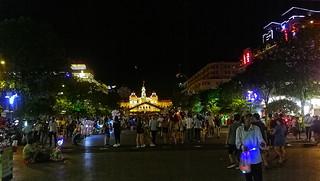 Ho Chi Minh Platz , im Hintergrund das Rathaus