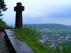 Gedenkstaette Prinzenkopf, Pünderich, Moseltal (Diepflingerbahn) Tags: pünderich prinzenkopf gedenkstaette moseltal mosellevalley war cemetery fujifinepixs5800 kreuz cross