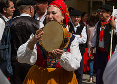 Que le fête commence ! (let's start !) (Larch) Tags: femme woman musique tambourin costume main personne foulard couleur color tradition homme men discussion bavardage chatting chat costumetraditionnel outfits hand scarf châle shawl rythme rhythm beat foule crowd tambourine