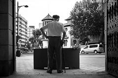 El vigilante del parque (Eduardo Siquier Cortés) Tags: hombre viejo vejez oldman oldmen viejos oldage anciano ancianidad ancianos blancoynegro biancoenero neroebianco blackandwhite blackwhitephotos blackwhite pretoebranco brancoepreto albacete parque parques parquedeabelardosánchez puerta gate entrada entrance vigilante beholder soledad loneliness lonesomeness alone solo solitario