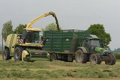 Krone Big X 600 SPFH filling a Smyth Trailer Super Cube Field Master trailer drawn by a Deutz Fahr Agrotron 150.7 Tractor (Shane Casey CK25) Tags: krone big x 600 spfh filling smyth trailer super cube field master drawn deutz fahr agrotron 1507 tractor sdf df green samedeutzfahr deutzfahr traktor traktori trekker tracteur trator ciągnik silage silage18 silage2018 grass grass18 grass2018 winter feed fodder county ireland irish farm farmer farming agri agriculture contractor ground soil earth cows cattle work working horse power horsepower hp pull pulling cut cutting crop lifting machine machinery nikon d7200 waterford
