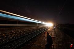 ¡Corre, corre...! (Carlos Velayos) Tags: nocturna nightly luces lights tren train estacion station cielo sky exposicion long exposure estela trail ferrocarril trailway lineas lines larga largaexposicion longexposure