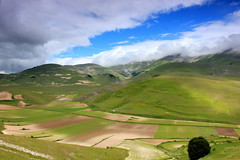 Sibillini Mountains (ika_pol) Tags: castelluccio castellucciodinorcia italy italia umbria mountains pianogrande fioritura geotagged meadow