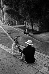 Parella 2 / Pareja / Couple (Wizard7oz) Tags: barcelona candid city life light nikon d90 people street streetlife streetphoto urban bw blackandwhite white summer architecture man woman stone