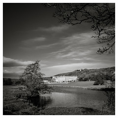 Chatsworth House in the evening light (Antonio Chrysostomou) Tags: britain england greatbritain uk countryside hiking peakdistrict river walking water exif:isospeed=400 geocountry exif:lens=xf1855mmf284rlmois geocity geostate exif:focallength=18mm geo:lat=53222881157895 exif:aperture=ƒ10 geo:lon=16165663683883 exif:make=fujifilm camera:make=fujifilm camera:model=xt1 exif:model=xt1 chatsworth chatsworthhouse blackandwhite monochrome