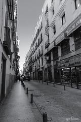 Calle Cruz (profesorxproyect) Tags: nikon d7100 madrid city ciudad spain streetphotography street callejera centrodemadrid byn blackandwhite bw blancoynegro bn barriodelasletras arte9