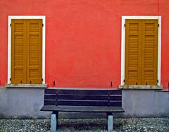 Due finestre e una panchina. (frank28883) Tags: panchina finestra acciottolato