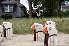 Strandkörbe und die Frage nach allem (Smo42) Tags: strand ostsee strandkorb zahlen sigma18250 sonya77m2 haus urlaub baum
