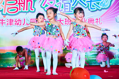 Happy Day Kindergarten Graduation 362 (C & R Driver-Burgess) Tags: stage platform ceremony parent mother father teacher child kids boy girl preschooler small little young pretty sing dance celebrate pink dress skirt red white blue bowtie 台 爸爸 妈妈 父亲 母亲 父母 儿子 女儿 孩子 幼儿 粉红色的 衬衫 短裤 篮球 跳舞 唱歌 漂亮 帅 好看 小 people gauzy compere 打篮球 短裤子 黑 红 tamronspaf2875mmf28xrdildasphericalif 6yrsold text writing sign balloons ballet gloves tights stretch group sit lean cup reach 同学 班 tutu