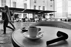 Un-autre-café-à-l'ombre (RS...) Tags: nîmes café coffee ombre shade noiretblanc blackandwhite nikon1 v2