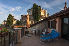all'ombra del castello (Paolo Dell'Angelo (JourneyToItaly)) Tags: cigliè provinciadicuneo piemonte italia relax castle langhe