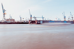 liegt die große freiheit wirklich auf dem kiez? (thethomsn) Tags: hamburg longexposure day elbe crane ship harbor travel motion canon 1635mm thethomsn