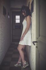 Lola (www.michelconrad.fr) Tags: jaune bleu rouge canon eos6d eos 6d ef24105mmf4lisusm 24105mm 24105 femme modele portrait studio noir pose robe couloir melancolie chaussures blanc porte