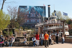 Frontierland - Disneyland Park (France) (Meteorry) Tags: europe france idf îledefrance seineetmarne marnelavallée disneyland disneylandparis eurodisneysca thewaltdisneycompany waltdisney themepark park parc april 2018 meteorry disneylandpark frontierland phantommanor riverboat mollybrown people crowd refurbishment closed fermé chessy