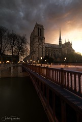 Cathédrale Notre-Dame & Pont au Double, Paris (www.fromentinjulien.com) Tags: fromus75 fromus fromentinjulien fromentin flickr view exposure shot hdr dri manual blending digital raw photography photo art photoshop lightroom photomatix french francais light traitements effets effects world europe france paris parisien parisian capitale capital ville city town città cuida colocación monument history 2018 photographe photographer eos canon 5d 5d4 markiv fullframe full frame ff 1635mm 1635 canonef1635mmf4 urban travel architecture cityscape poselongue longexposure sunrise leverdesoleil cathedrale cathedral notredame pontaudouble bridge seine