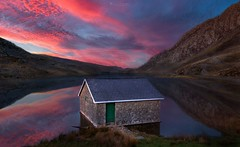 That Boathouse (oliver.herbold) Tags: llynogwen ogwenvalley ogwen lake snowdonia wales northwales snowdon mountain tryfan tree boathouse water valley evening sunset longexposure oliverherbold