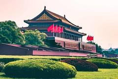 Wo die roten Fahnen wehen (joern_ribu) Tags: china beijing peking city historic geschichte tourist sight sightseeing denkmal architektur architecture gebäude building flags fahnen flagge