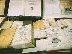 E latinis litteris (VauGio) Tags: latino huawei books libro libri book castiglioneemariotti vetrina negozio libreria shop p10 leica