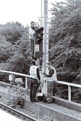 Lampenputzen (Nilfisk) Tags: 100mmf28 35mm 50mm20 apx400 agfa fm2n film gleisarbeiten nikonlens ubahn wartung maintenance rails seriese u35