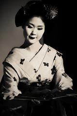 扇子の舞 (小川 Ogawasan) Tags: japan japon culture tradition ogawasan giappone maiko geiko kyoto kanzashi hair makeup lips lady women kimono human gion dance