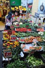 Chez le marchand de fruits et légumes, via Santa Teresa degli Scalsi, , Naples, Campanie, Italie. (byb64 (en voyage jusqu'au 04-06)) Tags: naples neapel napoli nápoles campanie kampanien campania cittàmetropolitanadinapoli italie italy italia italien europe europa eu ue ville citta ciudad city town stadt rionesanita sanita place piazza plaza townsquare platz