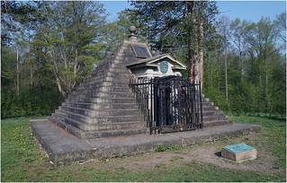 Grabpyramide / Mausoleum