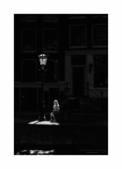 in the spotlight (Nico Geerlings) Tags: leicammonochrom 50mm summilux ngimages nicogeerlings nicogeerlingsphotography streetphotography contrast contrasts candid