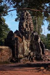 Banteay Kdei – Gatehouse (Thomas Mülchi) Tags: banteaykdei angkor siemreap cambodia 2018 siemreapprovince gate wallface architecture krongsiemreap kh gatehouse tree forest jungle