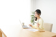 Young woman working - Credit to https://www.lyncconf.com/ (nodstrum) Tags: work home time today hardwork working workethic homework officework cubicle workplace money jobs networking desk