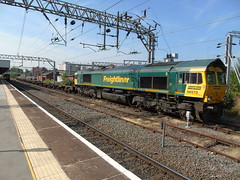 66572 Pausing at stockport with its train from crewe bas hall to guide bridge. (rharwood75) Tags: train locomotive class66 freightliner shed platform stockport green