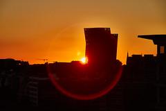 das Runde muss in das Eckige (Froschkönig Photos) Tags: das runde muss eckige dasrundemussindaseckige sunset sonnenuntergang canoneos70d 2018 sigma18250 orange elbphilharmonie elbe plaza flare lensflare sonne sun circle kreis rund round