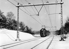 Door de sneeuw (Peter ( phonepics only) Eijkman) Tags: nederland netherlands nederlandse ns nederlandsespoorwegen spoorwegen spoor vintage reflectionsofthepast rail rails railways railway mat46