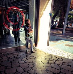 alguma luz (luyunes) Tags: streetscene streetphotography streetphoto streetlife street lifestreet mobilephoto mobilephotographie motozplay luciayunes fotografiaderua fotoderua cenaderua mulher cigarro