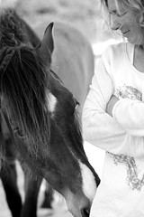 Vertrautheit - Intimacy (VintageLensLover) Tags: manualfocuslens bw schwarzweis sonya7ii minolta58mm mallorca pferde