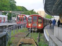 EalingBroadway-District-Central-P1450901 (citytransportinfo) Tags: ealingbroadway station platform train railway districtline centralline londonunderground subsurface tube