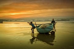 Fischer in Vietnam (Kurt unterwegs) Tags: fischer boot netz sonnenaufgang morgendämmerung fischerboot