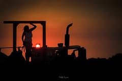 La niña quiere una foto en un tractor...!! (Nita_Fotos) Tags: sun sundown sol ocaso atardecer girl machine sillouette backligh contraluz trees arboles woman youngwoman lecheria venezuela naranja or tuniñasalvajedelaselva