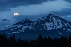 Moonset over Sisters (TierraCosmos) Tags: moonset moon lunar mountains sistersoregon oregon centraloregon landscape fullmoon dawn bluehour snowymountain threesistersmountains