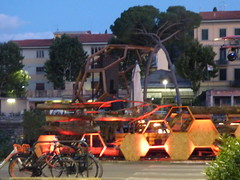 Lungarno Colombo, Florence - bars lit up in the evening - Dodecahedron (ell brown) Tags: florence firenze italy italia tuscany toscana birthplaceoftherenaissance theathensofthemiddleages lungarnocolombo lungarnocristoforocolombo sunset nightshots christophercolumbus bar bars dodecahedron hexagon hexagons bike bikes bicycle bicycles