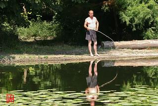Le dimanche, Robinson Crusoé pêche avec une simple branche ...en guise de canne !
